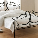 barilochehousecom-wrought-iron-bedroom-furniture-3-black-iron-bed-frame-600-x-400
